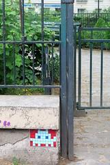 PA_250 Space invader in Paris 10th (Sokleine) Tags: spaceinvader invader streetart street rue artderue arturbain urbanart ceramics mosaics tiles paris france 75010 ironwork ferronnerie gate porte grille parc park square