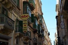 Triq In-Nofsinhar [Valletta - 25 April 2018] (Doc. Ing.) Tags: 2018 malta valletta lavalletta ilbeltvalletta city capital spring triqinnofsinhar alleys architecture building
