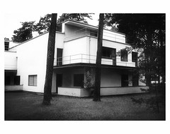 (bruXella & bruXellus) Tags: meisterhäuser masters'houses hausgropius waltergropius bauhaus modernism modernisme dessau leicax1 blackwhite monochrome