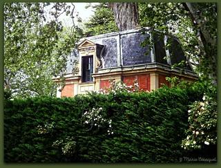 Château Les Rosiers au-dessus de la haie de son parc - Explore 25 avril 2018