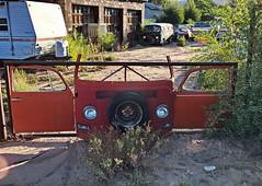 Funny Van Fence (louise peters) Tags: cardump autokerkhof moab utah vw volkswagen van fence hek volkswagenbusje sparetyre reserveband front hff