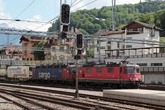 SBB Lokomotive Re 4/4 II 11332 bzw. Re 420 332 - 9 und  SBB Cargo Lokomotive Re 6/6 11665 bzw. 620 065 - 3 Ziegelbrücke mit SIM Güterzug 43582 G.allarate - R.otterdam W.aalhaven 584 m - 1`257 t ) mit am Bahnhof Spiez im Berner Oberland im Kanton Bern der (chrchr_75) Tags: christoph hurni schweiz suisse switzerland svizzera suissa swiss chrchr chrchr75 chrigu chriguhurni chriguhurnibluemailch albumzzz201805mai mai 2018 albumbahnenderschweiz albumbahnenderschweiz20180106schweizer bahnen bahn eisenbahn train treno zug juna zoug trainen tog tren поезд lokomotive паровоз locomotora lok lokomotiv locomotief locomotiva locomotive railway rautatie chemin de fer ferrovia 鉄道 spoorweg железнодорожный centralstation ferroviaria albumbahnhofspiez bahnhof spiez kantonbern berner oberland