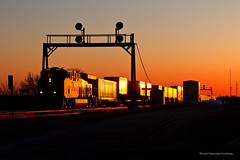 Edelstein Finale (tim_1522) Tags: railroad railfanning rail illinois il bnsf chillicothe sub subdivision searchlight signals orange sunset goldenhour goldenlight intermodal generalelectric gevo es44c4