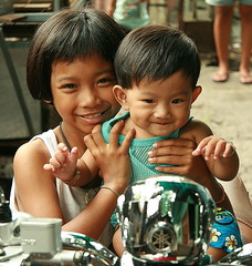 showing off a handsome little boy (the foreign photographer - ฝรั่งถ่) Tags: girl showing off handsome little boy khlong thanon portraits bangkhen bangkok thailand canon