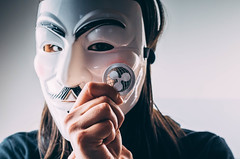 Mädchen mit Maske hält Ripple Münze (marcoverch) Tags: ripple xrp girlshand girl anonymous face hidden cryptocurrency portrait porträt people menschen gesicht adult erwachsene one ein mask maske woman frau young jung wear tragen person fashion mode mädchen man mann facedisguise gesichtverkleidung fun spas veil schleier beautiful schön head kopf eye auge eyewear brillen friends hiking pretty leica tamron spider ford fuji shop catwa münze