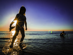 Sister, Brother, Sea (Maarten Baars) Tags: beach sea ocean silhouette street streetview streetlife streetphoto streetstories streetphotography streetstyle daughter son children kids panasonic1235mmf28 panasonicgx80 mirrorless microfourthirds micro43