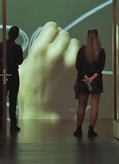 Las instrucciones (carlos_ar2000) Tags: galeria gallery video film mano hand watching chica girl mujer woman puerta door buenosaires argentina