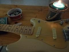 Rauchpause im Proberaum (shortscale) Tags: guitar squier duosonic proberaum mellah aschenbecher jägermeister kerze