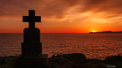 Un nuevo amanecer (Carpetovetón) Tags: agua amanecer crepúsculo crepuscular cruz costa cantábrico cielo colores mar marcantábrico marina sunrise sol sonya6000 paisaje landscape