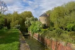 Cerney Wick roundhouse (Nige H (Thanks for 20m views)) Tags: nature landscape canal thamesandseverncanal cottage roundhouse cerneywick cerneywickroundhouse lengthmen england