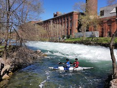 Une Compétition De Kayak D'Eau Vive à La Rivière Saint-Charles. 2018-05-12 15:26.43 (Sandbanks Pro) Tags: rivièresaintcharles salaberrydevalleyfield quebec canada parcdeauvive river riviere compétition eau water kayak kayaking rafting touristique paysage ville city nature arbre tree batiment condo architecture building
