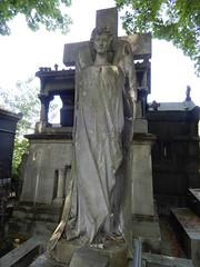Cimetière de Montmartre: angel on tomb (John Steedman) Tags: フランス france frankreich frankrijk francia parigi parijs 法国 パリ 巴黎 montmartre cimetièredemontmartre cgth friedhof cimetière cemetery cementerio grave tomb