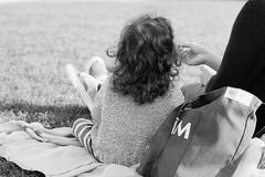Breakfast in the park. (35mm)   AgfaPhoto APX 100. (samuel.musungayi) Tags: film 35mm 135 24x36 scan argentique analog candid photography photographie fotografia samuel musungayi light life noir et blanc black white monochrome street urban reflection negativo negative négatif agfa apx portrait 100 samuelmusungayi blackandwhite noiretblanc