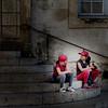 un rayon de lumière (jemazzia) Tags: extérieur outside escalier fillettes repos lumière light luz licht luce rouge red vermelho rood rosso rot roja