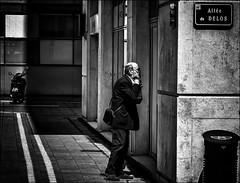Le rendez-vous (vedebe) Tags: netb noiretblanc nb bw monochrome humain human homme people ville city street rue urbain urban