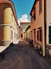 Follonica (Marcello Iaconetti Photography) Tags: follonica mare nuvola clouds cloud via street samsungs8 samsung vsco prospettiva architettura archilovers colori colors compleanno smartphone
