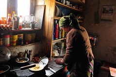 Nepal- Mustang- Syangboche- guest house (venturidonatella) Tags: asia nepal mustang gentes people persone cucina kitchen guesthouse portrait ritratto nikon nikond300 d300 cuoco cook colori colors
