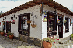 Ventanas (Tato Avila) Tags: colombia colores cálido casas boyacá pueblitoboyacense naturaleza nikon nubes colonial colombiamundomágico