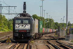 10_2018_05_05_Duisburg_Rheinhausen_Ost_BUVL_mit_Containerzug_und__ES_64_F4_-_994_6189_094_DISPO_LOGPORT (ruhrpott.sprinter) Tags: ruhrpott sprinter deutschland germany allmangne nrw ruhrgebiet gelsenkirchen lokomotive locomotives eisenbahn railroad rail zug train reisezug passenger güter cargo freight fret duisburg rheinhausen duisport logport brücke bauwerk hubschrauber helikopter himmel blau siemens mrce mrcedispo mt metrans es 64 f4 es64f4 1275 6189 7386 189 386 portalkran container containerbahnhof outdoor logo natur graffiti