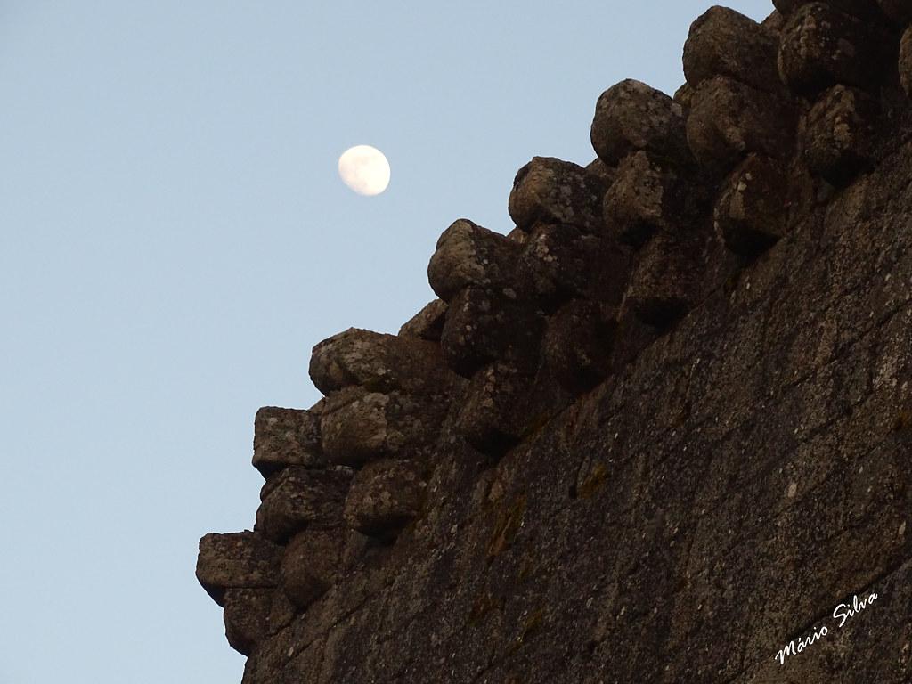 Águas Frias (Chaves) - ... a lua e o pormenor da torre de menagem do castelo de Monforte de Rio Livre ...