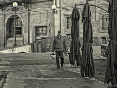 """Pescatore sui """"Fossi"""" (Fabio Pratali LI) Tags: livorno quartierevenezia bw people pescatore fossi ombrelli lampioni"""