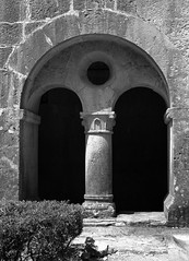 Abbaye duThoronet (fotomie2009) Tags: francia france provenza provence abbaye du thoronet chiostro cloitre monochrome monocromo bn bw cloister arch arco stones architecture architettura old