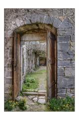 Toute porte est de bois ... (Charlottess) Tags: nikon5300 avril aude villelongue abbaye porte
