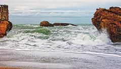 Cuando el mar se agita (juanmzgz) Tags: mar olas tormenta nubes playa rocas biarritz francia