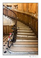 La bicyclette (Rémi Marchand) Tags: bicyclette vélo escalier marche canon canon5dmarkiii marchesdescalier entréedimmeuble