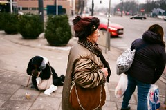 Warsaw, 2018 (Aleksander Kalka Photographiti) Tags: warsaw warszawa warschau ladie beggar pani ulica strada varsavia varsovie street difference nikon f100 nikkor 35mm f2 d f2d hat czapka berretto capital capitale stolica