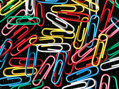Boring in Office (VenusTraum) Tags: büro office paperclips büroklammern langeweile boring bunt color farben klammern clips
