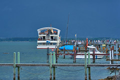 Storm comes up - the rats leave the sinking ship (island) (W_von_S) Tags: sturm storm schiff ship insel island bootssteg leute people touristen tourists boot boat fähre ferryboat fraueninsel chiemsee lakechiemsee lake see bavaria bayern blau türkis turquoise wvons werner sony sonyilce7rm2 outdoor berge mountains pier wasser water pfosten composition