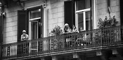 Tardes de sábado. Roma. (Miguel Angel SGR) Tags: calle rue street blancoynegro blackandwhite noiretblanc monochrome monochrom monocromo balcon balcony people gente personnes windows ventanas roma rome italia italy travel trips turismo tourism touring viajes viajar miguelangelsgr miguelonphotography nikon nikond7200 d7200