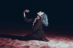 Ritual para arrancarse el corazón (Mishifuelgato) Tags: ritual corazón nikon d90 red blue rojo azul 50mm 18 beach playa flash luz dark oscuro photography portrait retrato