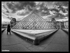 La Pyramide Du Louvre (LiesBaas) Tags: mom mama architecture building wwwlidabaascom louvre parijs frankrijk france zwartwit blackandwhitephotography paris zw bw lapyramidedulouvrebyliesbaas lapyramidedulouvre