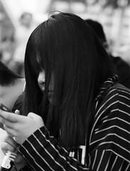 fringe (a.pierre4840) Tags: olympus om4ti zuiko 85mm f2 zuiko85f2 ilford ilfordhp5 hp5 hp5plus bw blackandwhite monochrome noiretblanc portrait candid streetphotography hongkong dof depthoffield