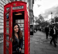 Red Telephone Box, London (R.o.b.e.r.t.o.) Tags: cabinatelefonicarossainglese redtelephonebox londra london inghilterra regnounito england ritratto portrait francesca unitedkingdom cityoflondon ragazza girl nikond850 granbretagna greatbritain royal street strada via people nikkor1424