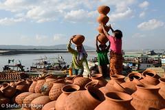 708-Mya-MANDALAY-0911.jpg (stefan m. prager) Tags: haushaltswaren mandalay asien myanmar boot kind irrawaddy kinderarbeit mandalayregion myanmarbirma mm