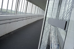Sur un(e) air(e) d'autoroute (Joseff_K) Tags: diapositive leica film inversible ektachrome leicacl airedautoroute highwaystation servicearea footbridge passerelle gateway vitrecassee doorglass brokenwindow