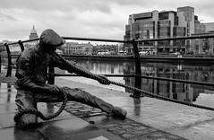 Linesman sculpture (rafpas82) Tags: statues statua bronzestatue blackandwhite biancoenero docker linesman dublin irland irlanda dublino republicofireland streetart dublinport donymacmanus fuji x100t fujix100t fujifilmx100t fujinon port