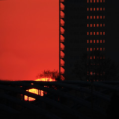 Urban sunrise (Robyn Hooz) Tags: sole sun disco disk finestre window mayfirst may orange arancione padova