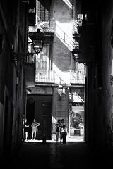 Streets of Barcelona (10) (Salva Pagès) Tags: blancoynegro blancinegre blackandwhite blancetnoir monochrome monocromo barcelona carrer calle street streetphotography contrallum contraluz backlight oldtown cascantic cascoantiguo