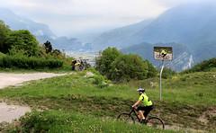das Gelbe Trikot (Gabi Wi) Tags: bicycle mirror mountain reginamundi lagodigarda italy pregasina yellow tricot mountainbike