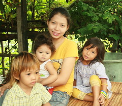 mother and daughter and neighbor children (the foreign photographer - ฝรั่งถ่) Tags: mother daughter two neighbor children khlong thanon portraits bangkhen bangkok thailand canon