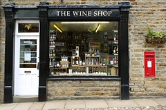 The Wine Shop (Squatbetty) Tags: postbox wallbox erii eiir royalmail grassington yorkshiredales wharfedale upperwharfedale shop shopwindow thewineshop