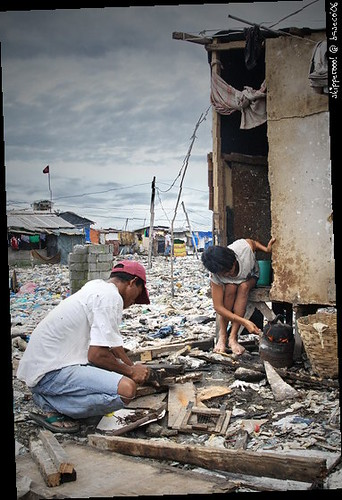 cooking rice poor urban area fire firewood stove house barong barong Pinoy Filipino Pilipino Buhay  people pictures photos life Philippinen  菲律宾  菲律賓  필리핀(공화국) Philippines
