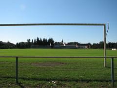 Tor vom Ragower Fußballplatz mit Blick zur Kirche