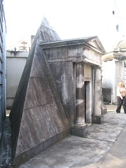 Tumba piramidal (Guillermo A. Rodriguez) Tags: argentina cemetery buenos aires cementerio pantheon tumba recoleta panteon piramide mausoleo piramyd piramidal