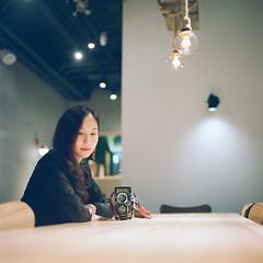 (有喵的生活) Tags: hasselblad 500cm 80mm planar portra800 kodak 120 portrait bokeh light girl me 6x6 square 負片taiwan taipei