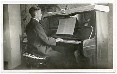 . (Kaïopai°) Tags: musik musiker music musicians musique instrument musikinstrument vintage klavier piano mann hombre man homme
